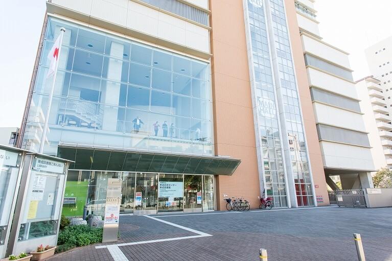 左側には大阪市立東成市民センター、東成図書館があります。