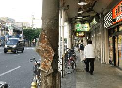 近鉄「鶴橋」駅の東口改札を出ていただき、千日前通を今里方面に向かってください。 少し行きますと右側に吉野家や左側にローソンが見えます。